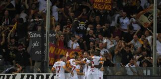 romanews-roma-abbraccio-squadra-gol-salernitanaroma